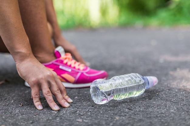 道路上の水のボトル
