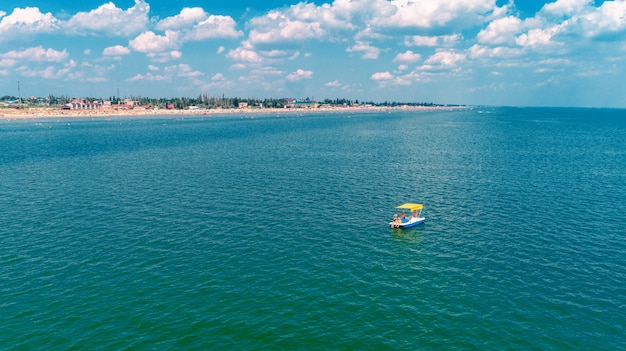カップルのパドリングと海の自転車の空中ドローン写真