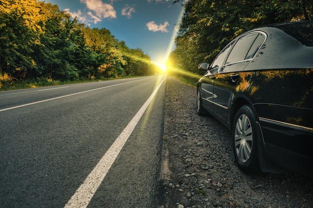 アスファルトの道路に黒い車