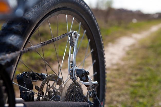 Велосипедист ремонтирует велосипед среди холмов