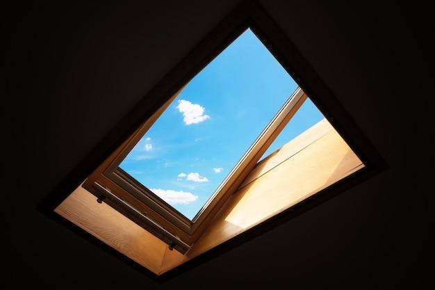 Открытое мансардное окно, мансардное окно