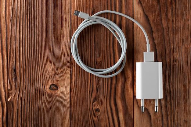 Зарядные устройства для кабельных телефонов на деревянном столе