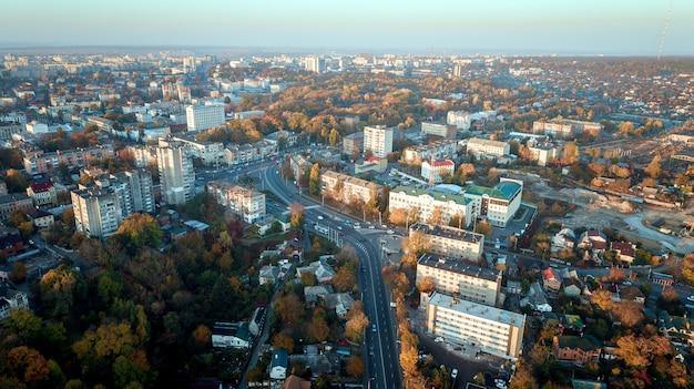ドローンからモダンな建物の上面と都市交通道路