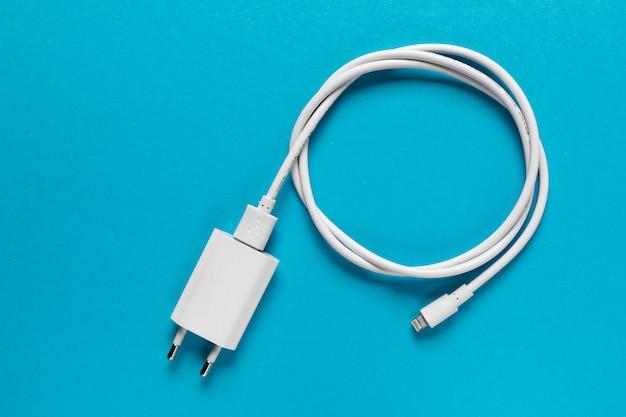 Зарядные устройства для кабеля на синем