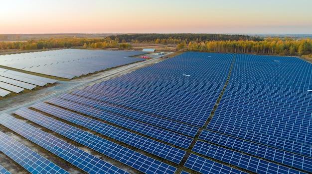 航空写真ビューのソーラーパネル。太陽からの太陽電池パネルシステム発電機