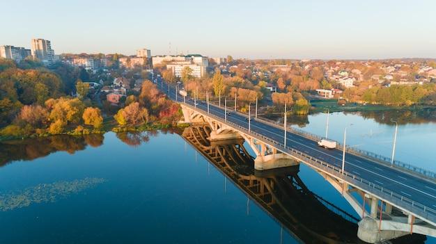 カメラ付きドローン、高さからの美しい夏の川。都市と川のドローン空撮