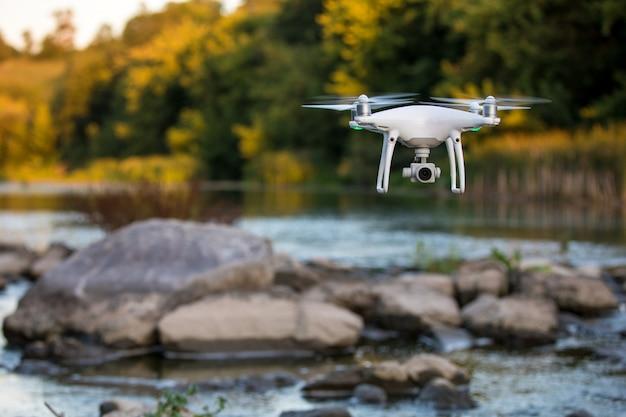 川の上を飛んで無人機のビュー