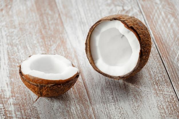 木製の背景に分離されたココナッツ