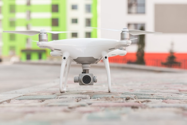 建設現場で飛んでカメラとドローンします。