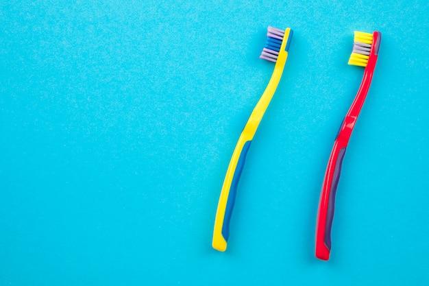 歯のブラッシングのコンセプト。トップビューの歯ブラシ