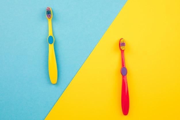 歯のブラッシングのコンセプト。黄色とトップビューの歯ブラシ