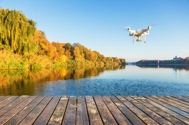 デジタルカメラでドローンヘリコプター、背景に川をぼかし