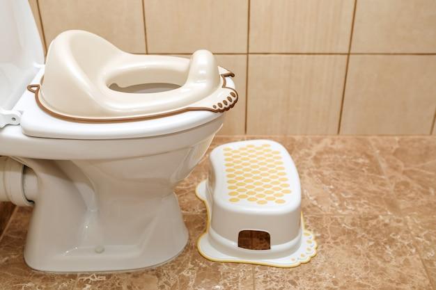 子供用便座のふた。子供をトイレに慣れさせる方法。
