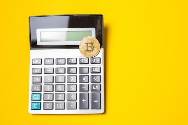 電卓上の黄金のビットコインコイン