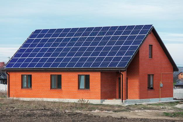 Панели солнечных батарей на фоне глубокого голубого неба