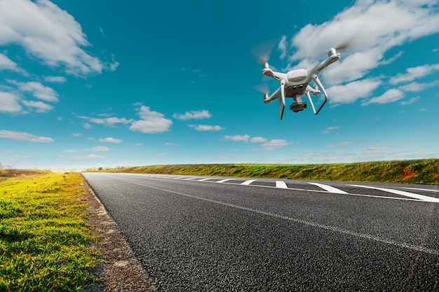 Дрон и транспорт. дрон с камерой контролирует состояние дороги на шоссе