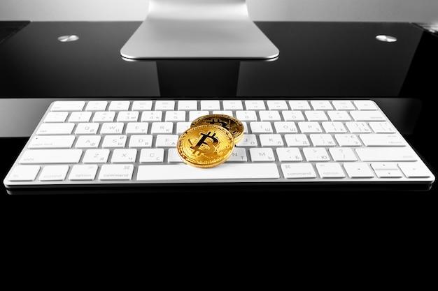 キーボード上のビットコイン暗号通貨コイン