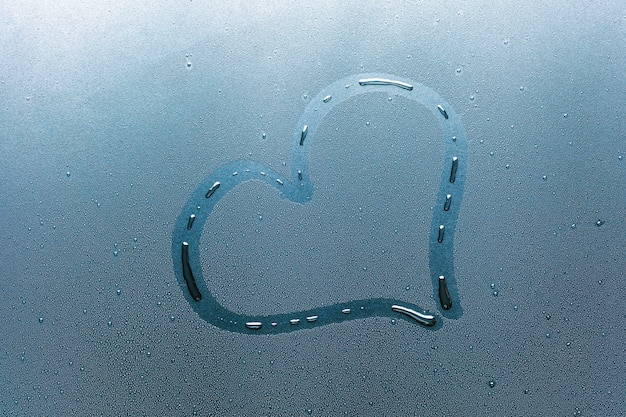 Сердце на стекле и капли воды.