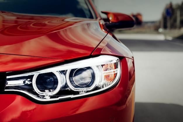 Закройте светодиодные фары современного автомобиля.
