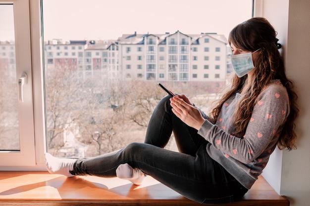 コロナウイルスの流行で家に閉じ込められた女性。