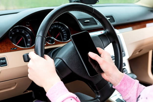 車を運転中の携帯電話で話している女性