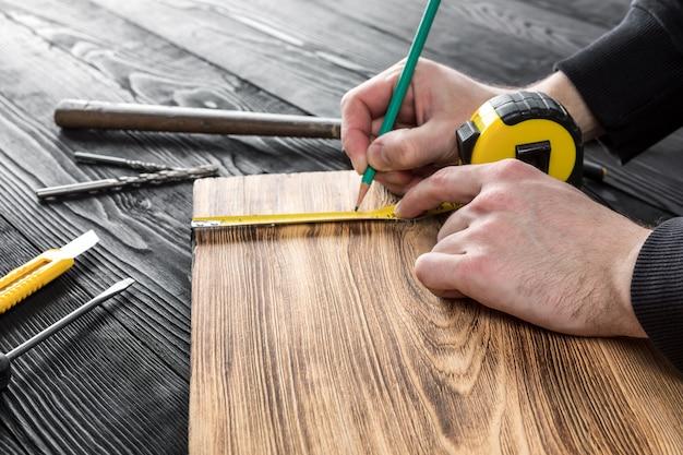 Плотник работает с деревом на своем рабочем месте