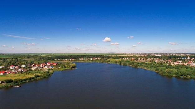 Дрон с фотоаппаратом, красивая летняя речка с высоты