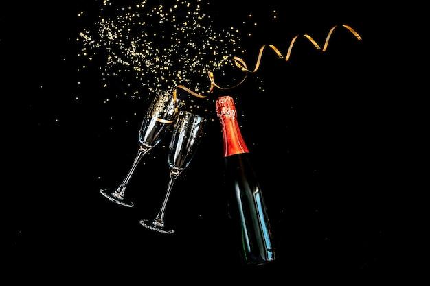 Два бокала для шампанского с золотым блеском