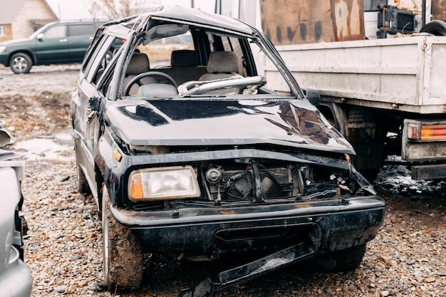 Много старых автомобилей на открытом воздухе в автокрезах