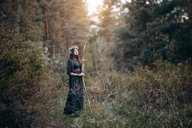 Красивая эльфийка, сказочный лес с длинными ушами, длинные темные волосы, золотая венковая корона на голове
