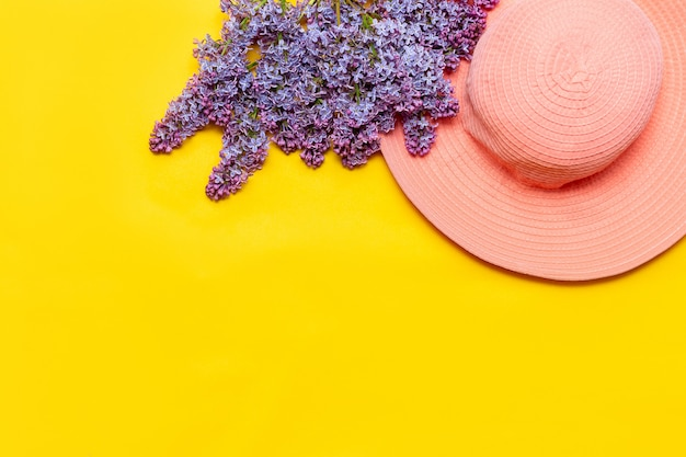 Женская летняя розовая шапка и букет цветов сирени