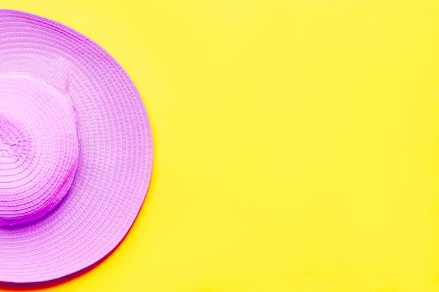黄色の紫色の夏用帽子。