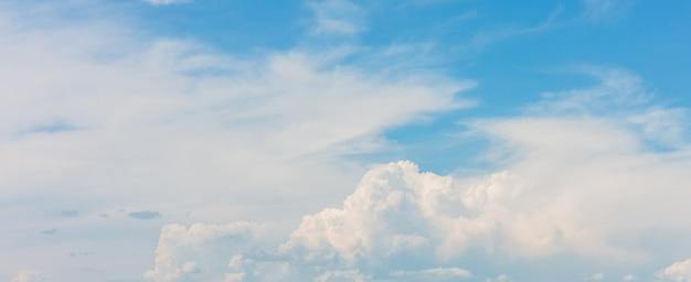 Красивый синий фон неба с белыми облаками в солнечный день