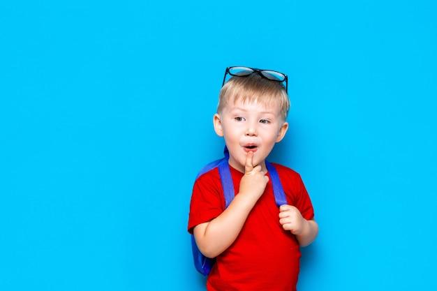 学校に戻るメガネで幸せな驚いた子供の肖像画。新しい学校の知識