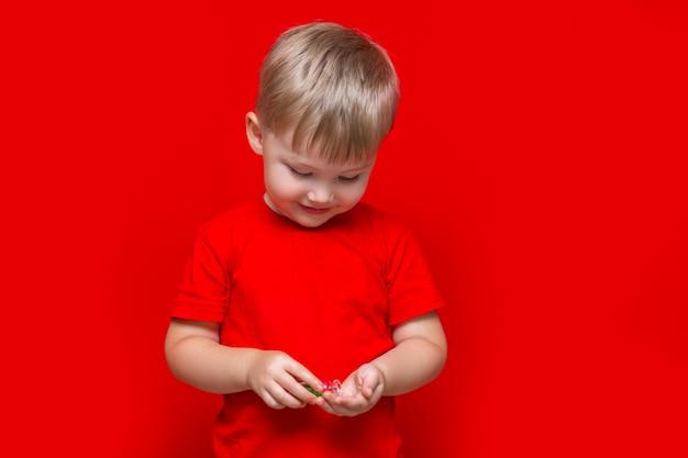子供男の子が缶から手に丸薬を注ぐ