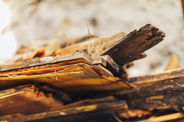 放棄された木造建物、木の板で建てられた廃,、破壊された、崩壊した財産