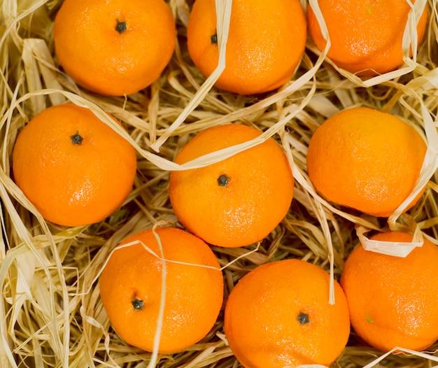 Крупным планом мандаринов в соломе