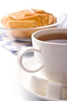 白のお茶、砂糖、クッキーのクローズアップ