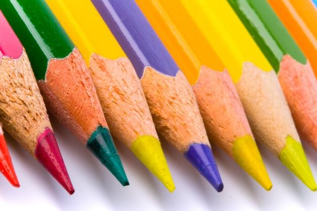 Цветные карандаши крупным планом на белом