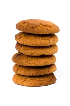 Стек овсяное шоколадное печенье на белом фоне
