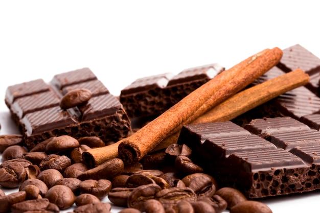 チョコレート、コーヒー、シナモンスティックの配置は白