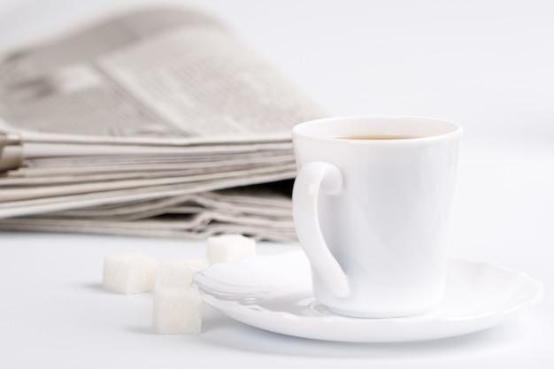 一杯のコーヒー、砂糖、クローズアップの新聞のクローズアップ