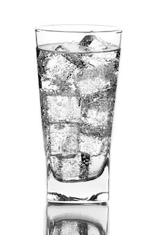 氷水とガラスの白の背景