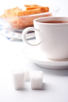 紅茶、砂糖、クッキー