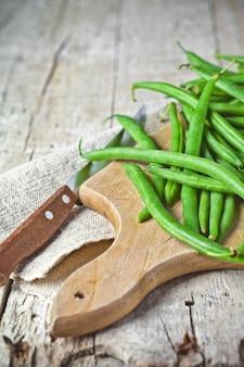緑色のインゲンとナイフ