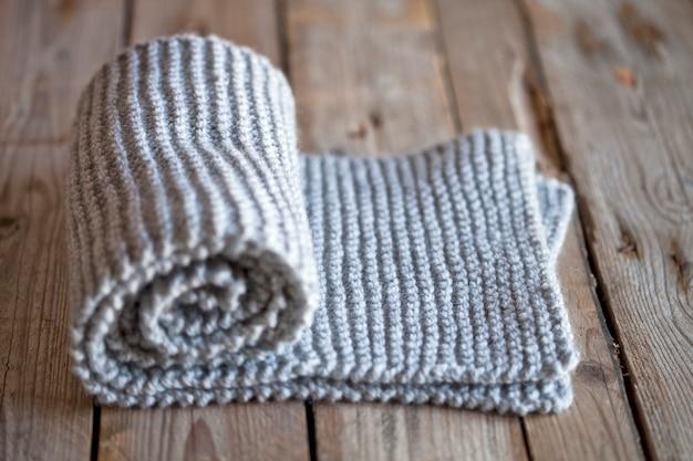 手編みのグレーのスカーフ。
