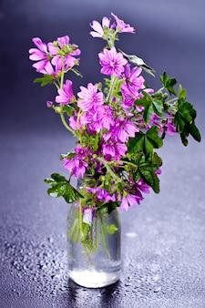 ガラス瓶の中の野生の紫色の花