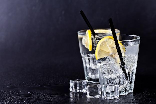 アイスキューブとレモンスライスと新鮮な冷たい炭酸水のガラス
