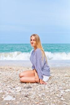Красивая счастливая девушка на пляже адриатического моря. путешествия и отдых.