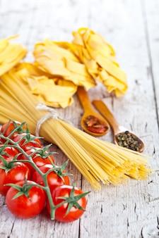 トマトとスパイスの未調理パスタ